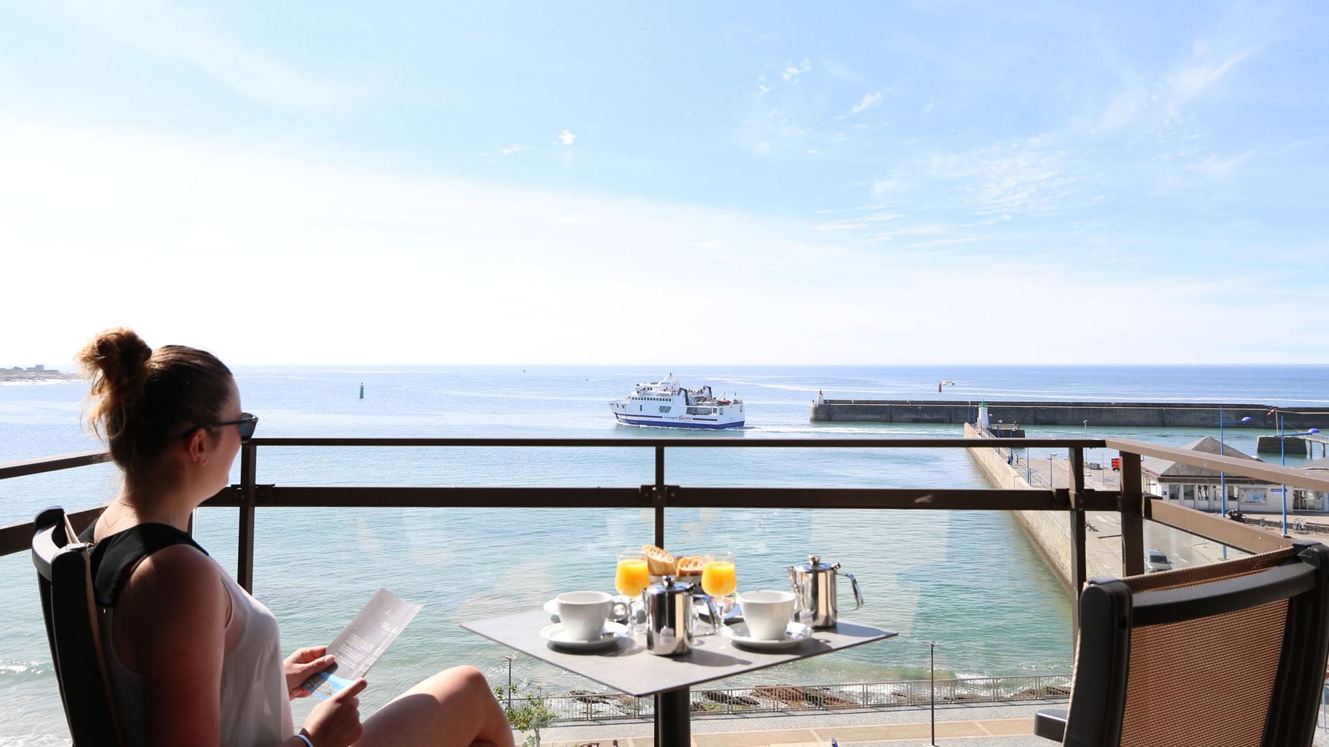 balcon chambre hôtel vue sur mer